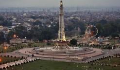 Priveliște către parcul Lahore și monumentul său Minar-e-Pakistan